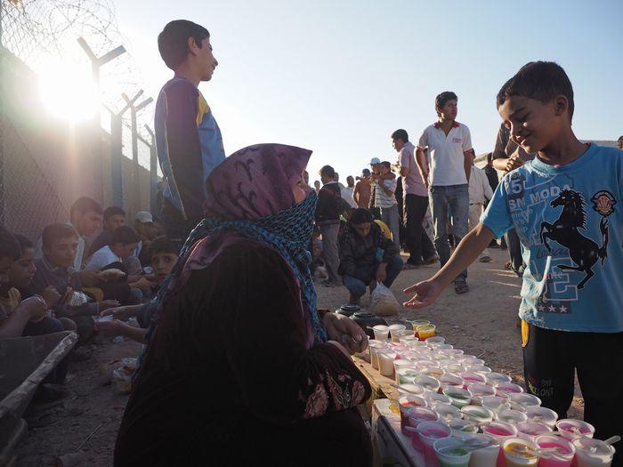 写真・図版 : キャンプ内の学校前で売られている安価なお菓子が、子どもたちのささやかな楽しみだ