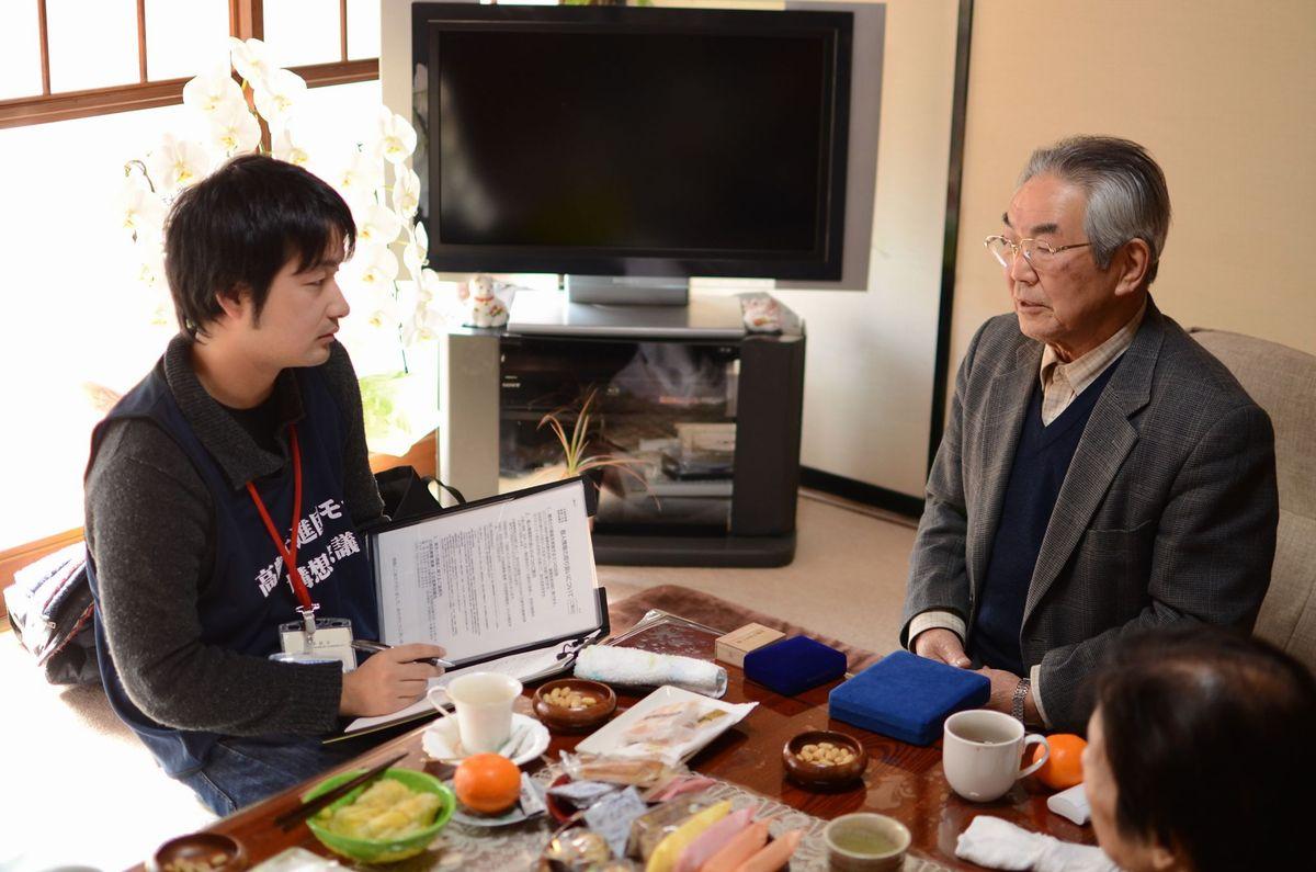 写真・図版 : 2011年冬、石巻を訪れて聞き取り調査をする様子=塩澤さん提供