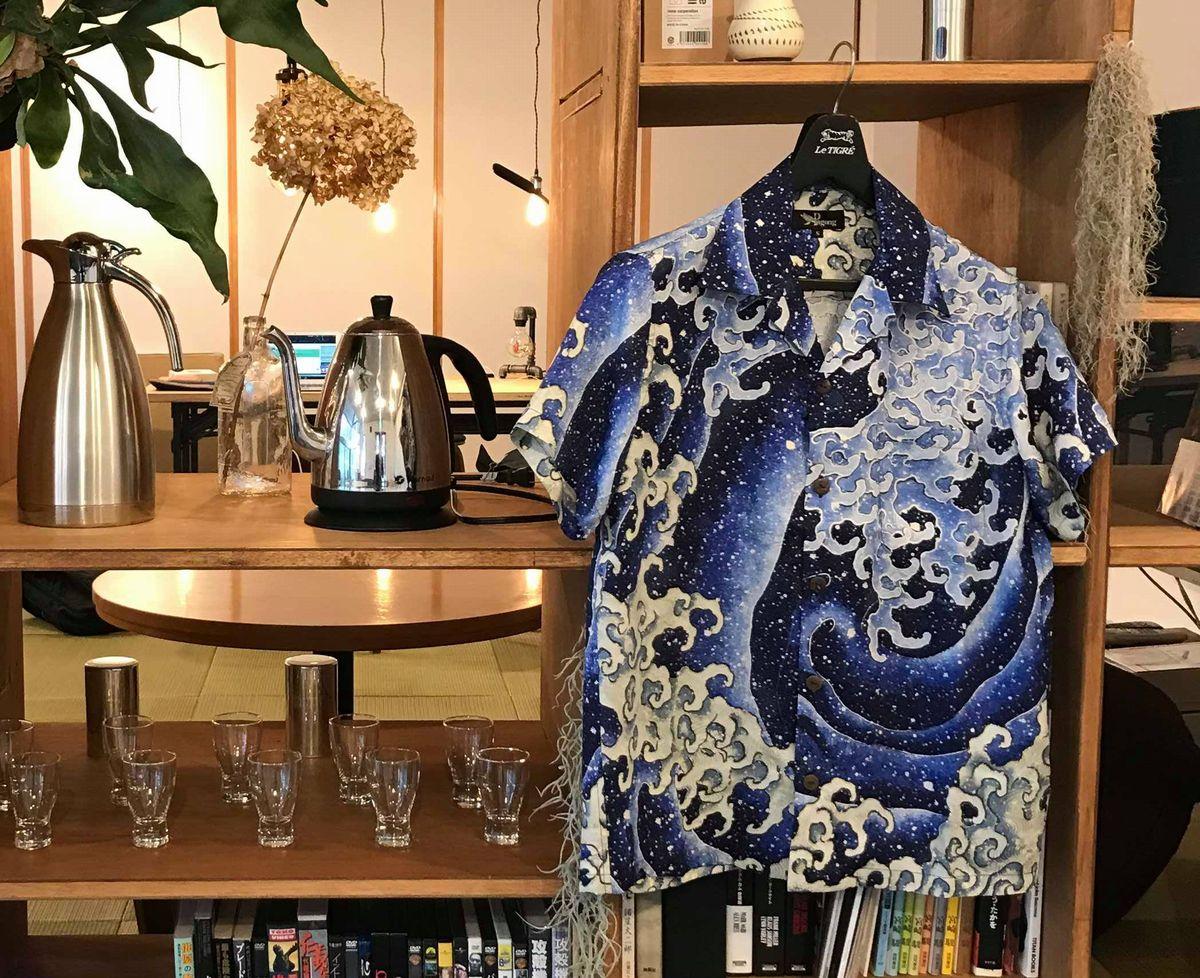 写真・図版 : 京都の「Pagong」が小布施とコラボし、葛飾北斎の波図の柄を使って作ったアロハシャツ=塩澤さん提供