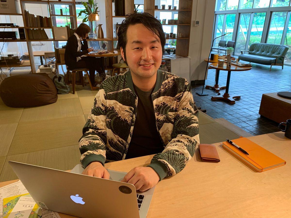 写真・図版 : ハウスホクサイで仕事をする塩澤さん