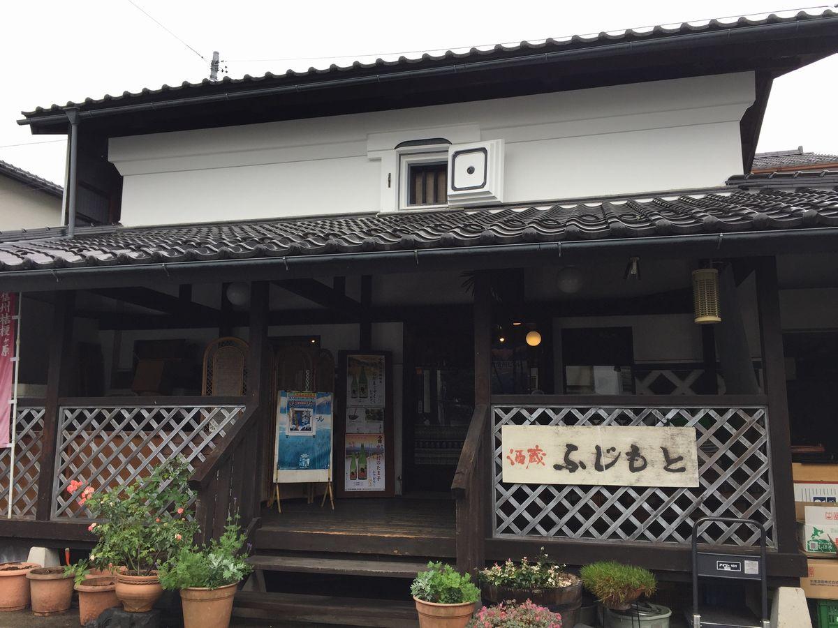 写真・図版 : 長野県駒ケ根市にある実家。当初はここを改装してカフェを開くつもりだった=塩澤さん提供