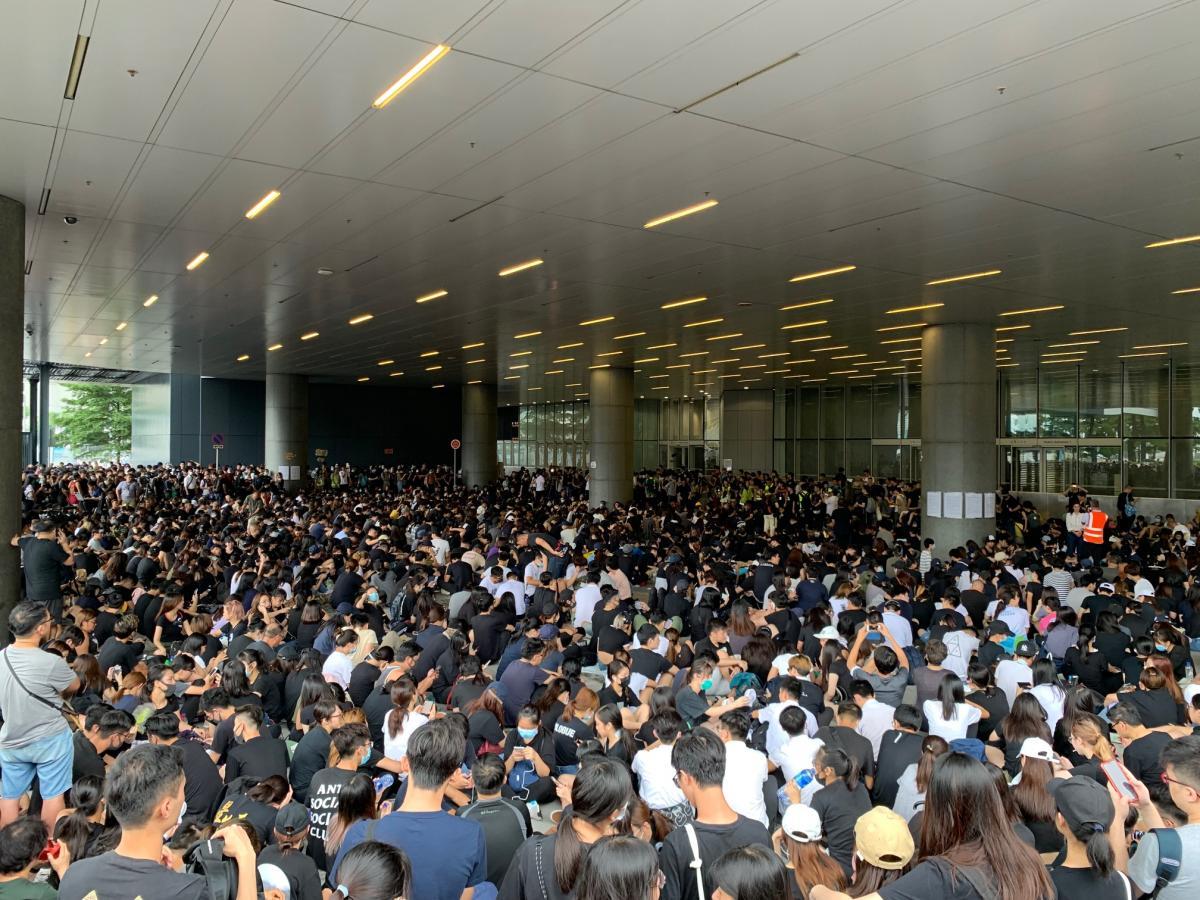 写真・図版 : 一般に開放されている立法会敷地内の「デモ区」では整然と集会が開かれていた