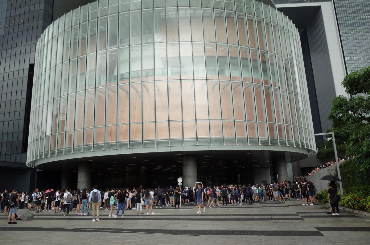 写真・図版 : 香港立法会議事堂。正面入り口に面した広場が屋根付きの「デモ区」になっている