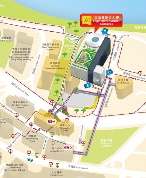 写真・図版 : 最寄りの地下鉄駅からの道順もとてもわかりやすい香港の立法会への行き方。ビル正面の矢印Aから入った空間に「デモ区」がある