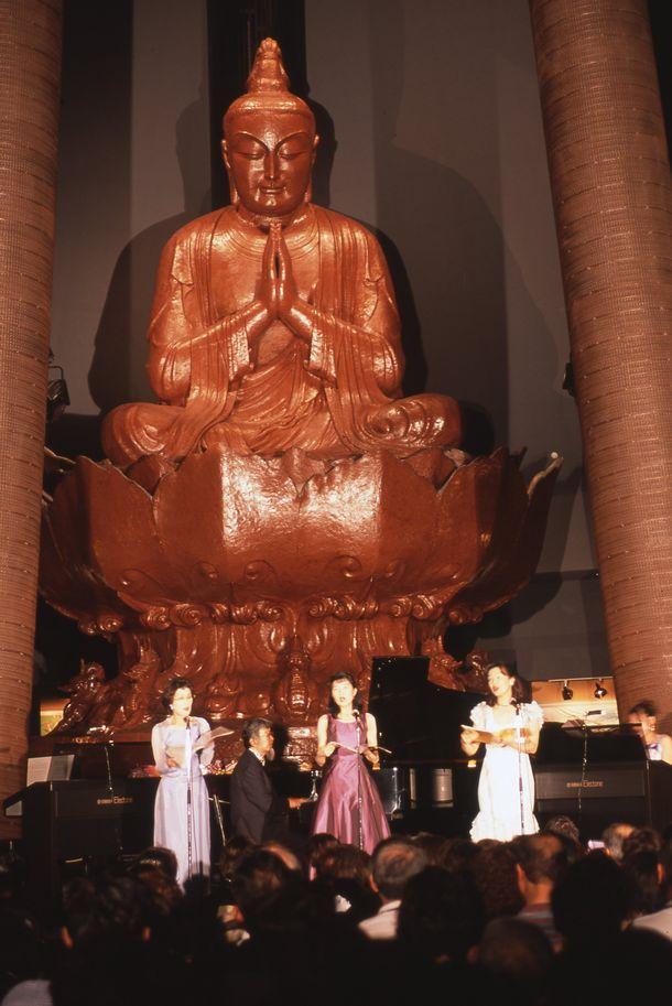 写真・図版 : 2002年6月、沖縄平和祈念堂で開いたファミリーコンサート=大塚勝久さん撮影、寺島夕紗子さん提供