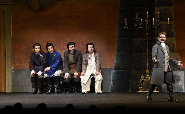 写真・図版 : 八嶋智人演じるラックスマン(右端)と光太夫たち=©松竹