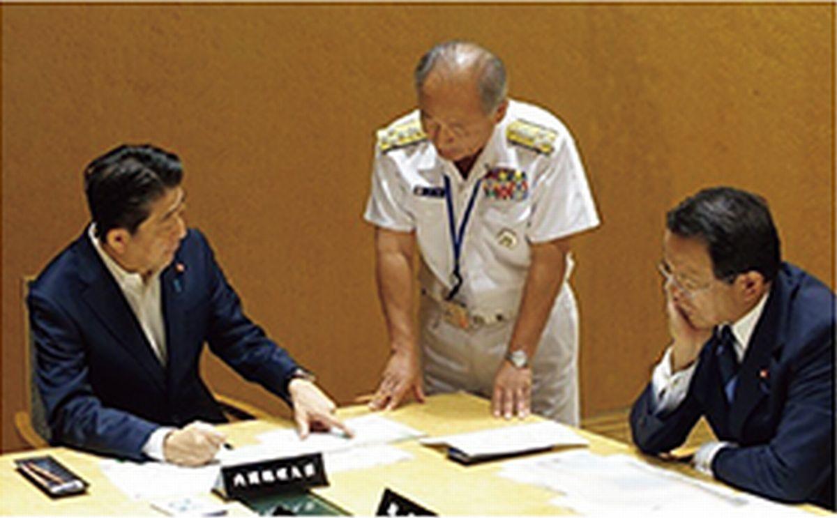 写真・図版 : 北朝鮮の弾道ミサイル発射を受けて開かれた国家安全保障会議。左から安倍首相、自衛隊制服組トップの統合幕僚長、麻生副総理(内閣広報室提供)=2018年版防衛白書より