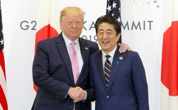 写真・図版 : G20サミットで来日したトランプ大統領と、日米首脳会談冒頭で握手する安倍首相=6月28日朝、大阪市住之江区。朝日新聞社
