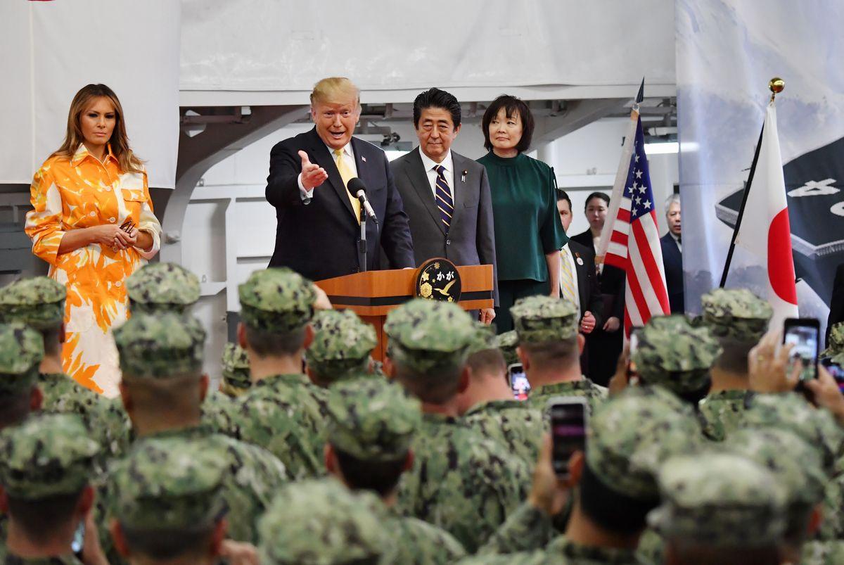 写真・図版 : 5月末に来日し、海上自衛隊の護衛艦「かが」を訪れて自衛隊と米軍の隊員に訓示するトランプ大統領。隣には安倍首相=神奈川県横須賀市。代表撮影