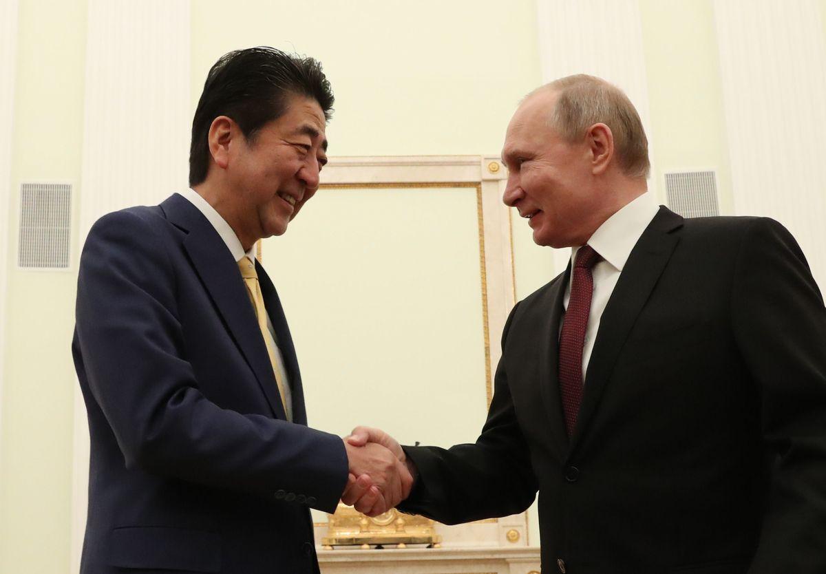 写真・図版 : 1月の日ロ首脳会談冒頭、プーチン大統領と握手する安倍首相=モスクワのクレムリン。朝日新聞社