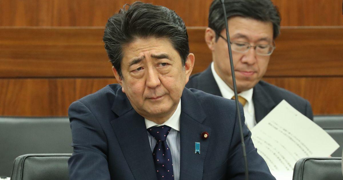 写真・図版 : 国会での質問に顔をしかめる安倍晋三首相=6月18日。朝日新聞社
