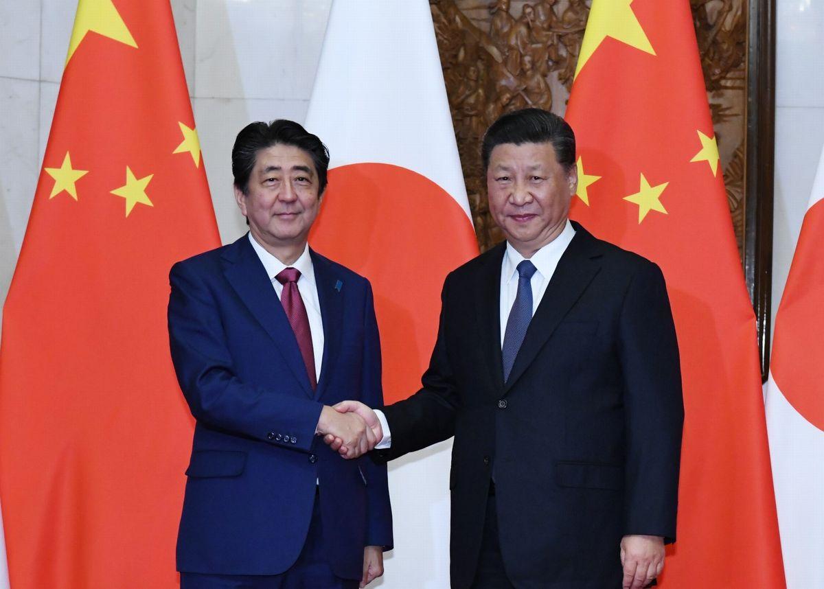 写真・図版 : 2018年10月、日中首脳会談を前に習近平国家主席と握手する安倍首相=北京。代表撮影