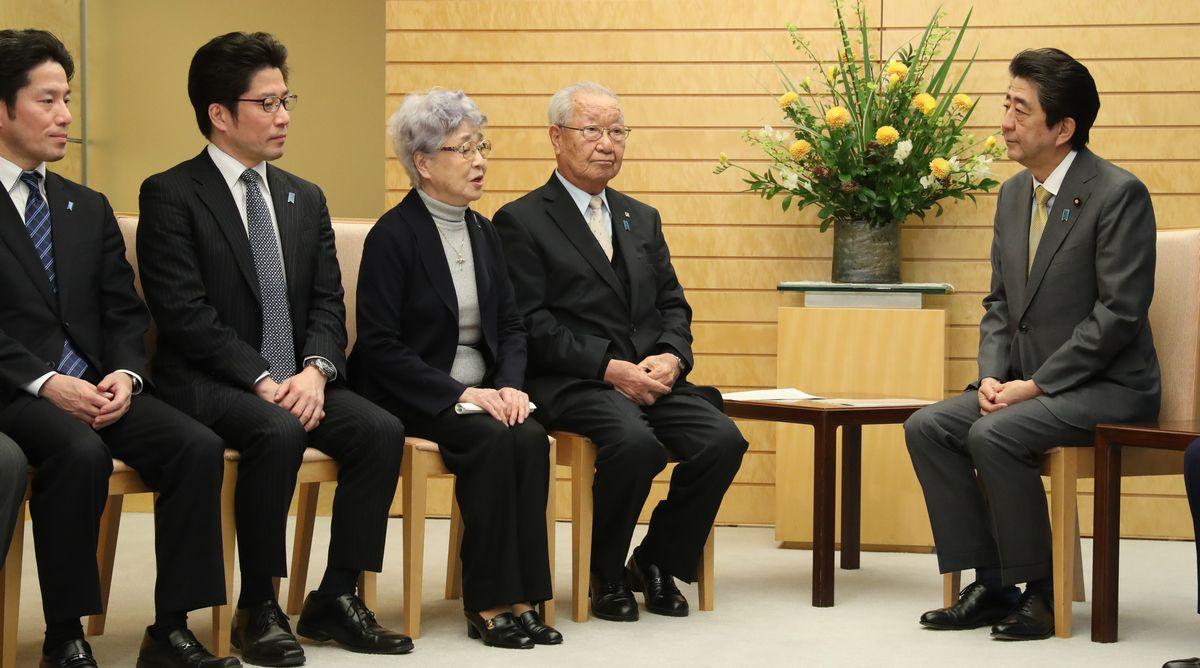 写真・図版 : 2月に首相官邸で拉致被害者の家族らと会う安倍首相=朝日新聞社