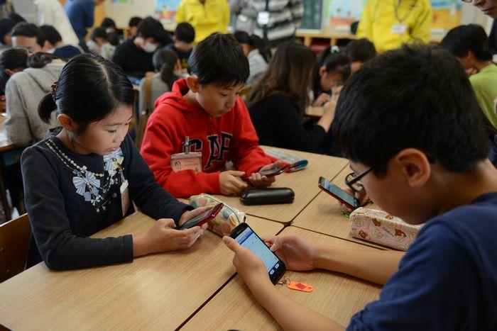 写真・図版 : 教育用アプリを入れた実際のスマートフォンで、児童がネットのトラブルを疑似体験した=名古屋市中村区