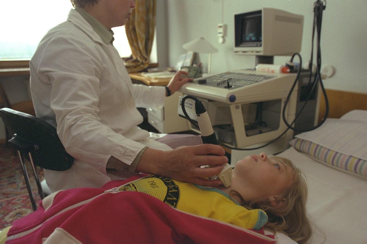 写真・図版 : ソ連・ベラルーシ共和国(当時)で超音波による甲状腺がんの診断を受ける少女=1990年撮影
