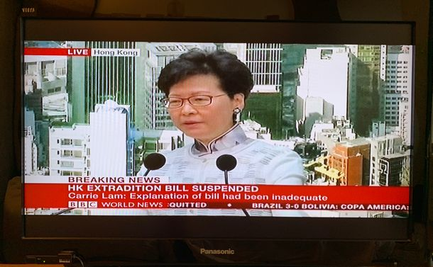 写真・図版 : 林鄭月娥長官のBBC記者会見(撮影:五野井郁夫)
