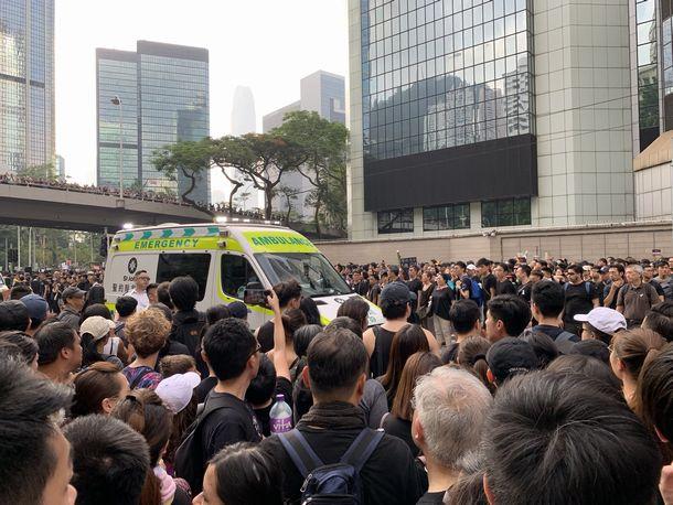写真・図版 : 救急車が通れるように、道を即座に作る抗議者たち(撮影:五野井郁夫)