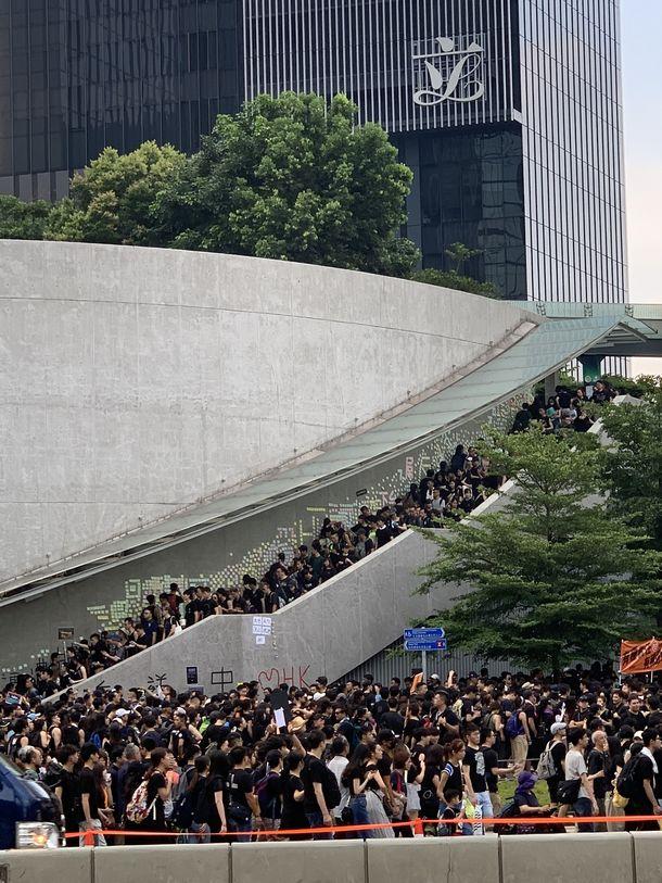写真・図版 : 立法会前で抗議する人々(撮影:五野井郁夫)