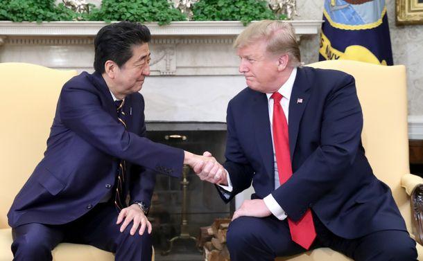 写真・図版 : トランプ米大統領(右)との首脳会談で、握手を交わす安倍晋三首相=2019年4月26日、ワシントンのホワイトハウス