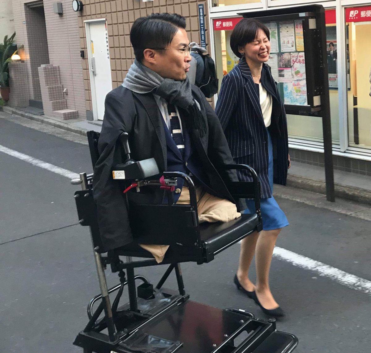 写真・図版 : 一般社団法人xDiversityの「乙武洋匡の義足プロジェクトを応援したい!」プロジェクトで乙武さんに密着=雨野さん提供