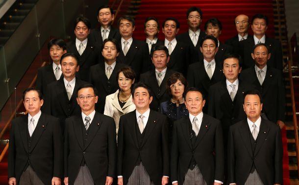 写真・図版 : 第2次安倍晋三政権が発足。記念撮影をする首相と閣僚ら=2012年12月26日、首相官邸