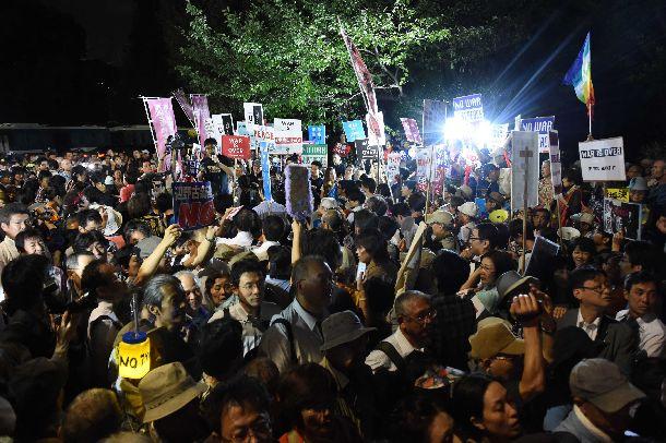写真・図版 : 安保法制関連法案の廃案を求めて国会前で声を上げる人たち=2015年9月15日、東京・永田町
