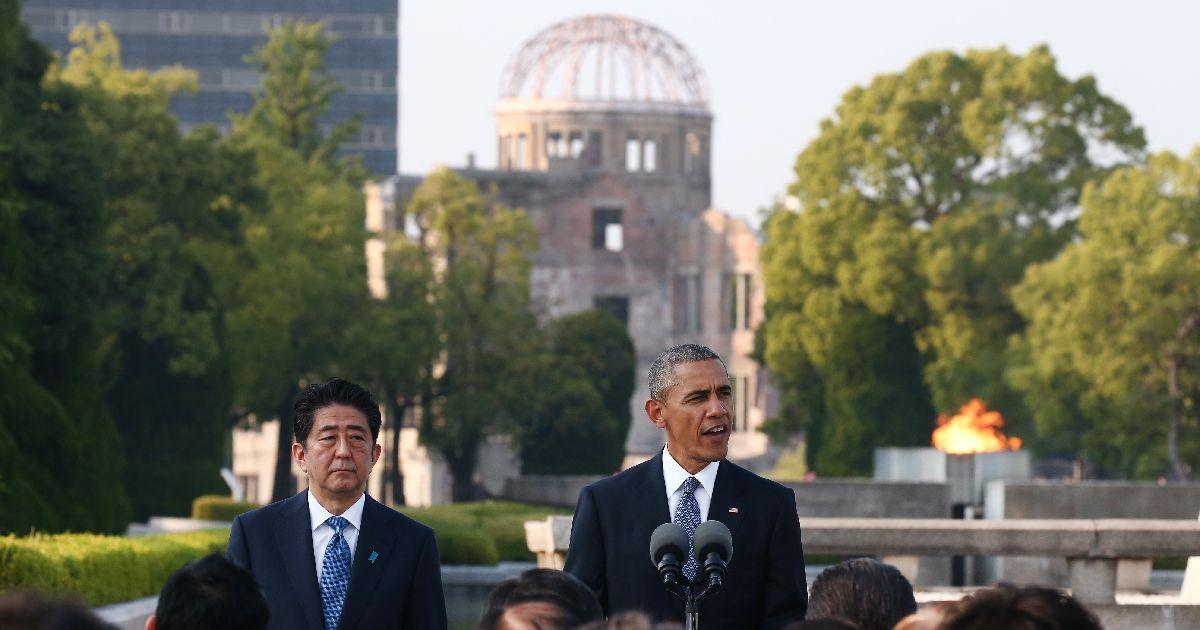 写真・図版 : 平和記念公園で演説するオバマ米大統領(右)と安倍首相=2016年5月27日、広島市