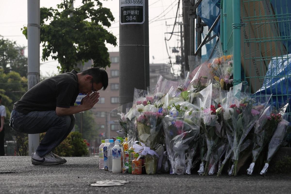 事件発生から1週間、現場近くには数多くの花束が手向けられ、行き交う人たちが手を合わせていた=4日午前7時7分、川崎市多摩区2019年6月4日