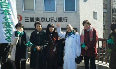 写真・図版 : 都知事選応援で。左から円、細川佳代子さん、下村満子さん、湯川れい子さん、江端貴子さん=2014年1月27日、三鷹駅(筆者提供)