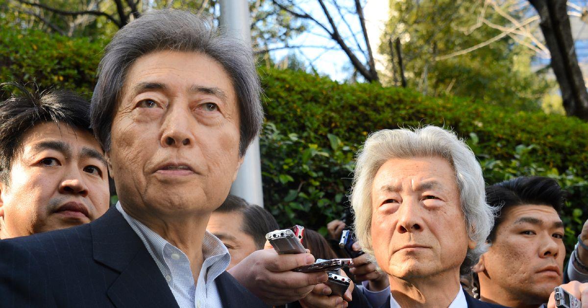 写真・図版 : 都知事への立候補を決めた細川護熙元首相(左)。右は会談を終えた小泉純一郎元首相=2014年1月14日、東京都港区