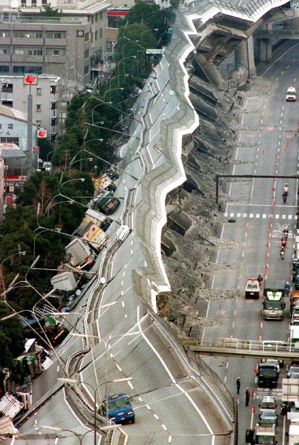 写真・図版 : 阪神大震災で倒壊した高速道路=1995年1月17日