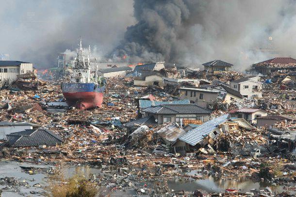 写真・図版 : 津波で船や家屋が押し流された宮城県気仙沼市の市街地=2011年3月12日