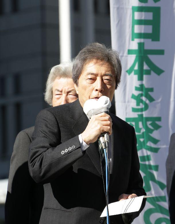 写真・図版 : 東京都知事選で第一声をあげる細川護熙候補=2014年1月23日、新宿区