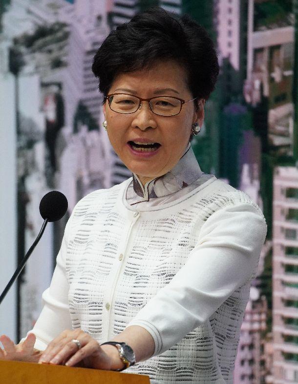 写真・図版 : 記者会見する香港の林鄭月娥(キャリー・ラム)行政長官=20199年6月15日、香港