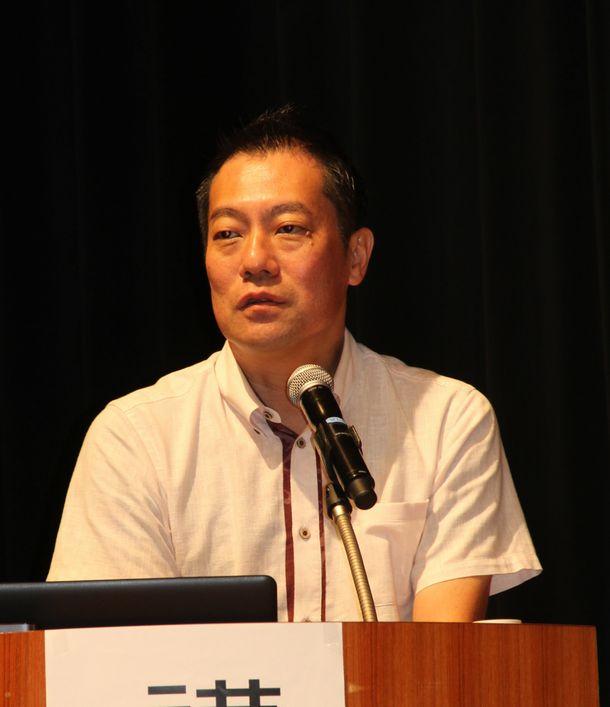 写真・図版 : 佐賀市で講演する松元剛さん=2015年9月5日、佐賀市のアバンセ