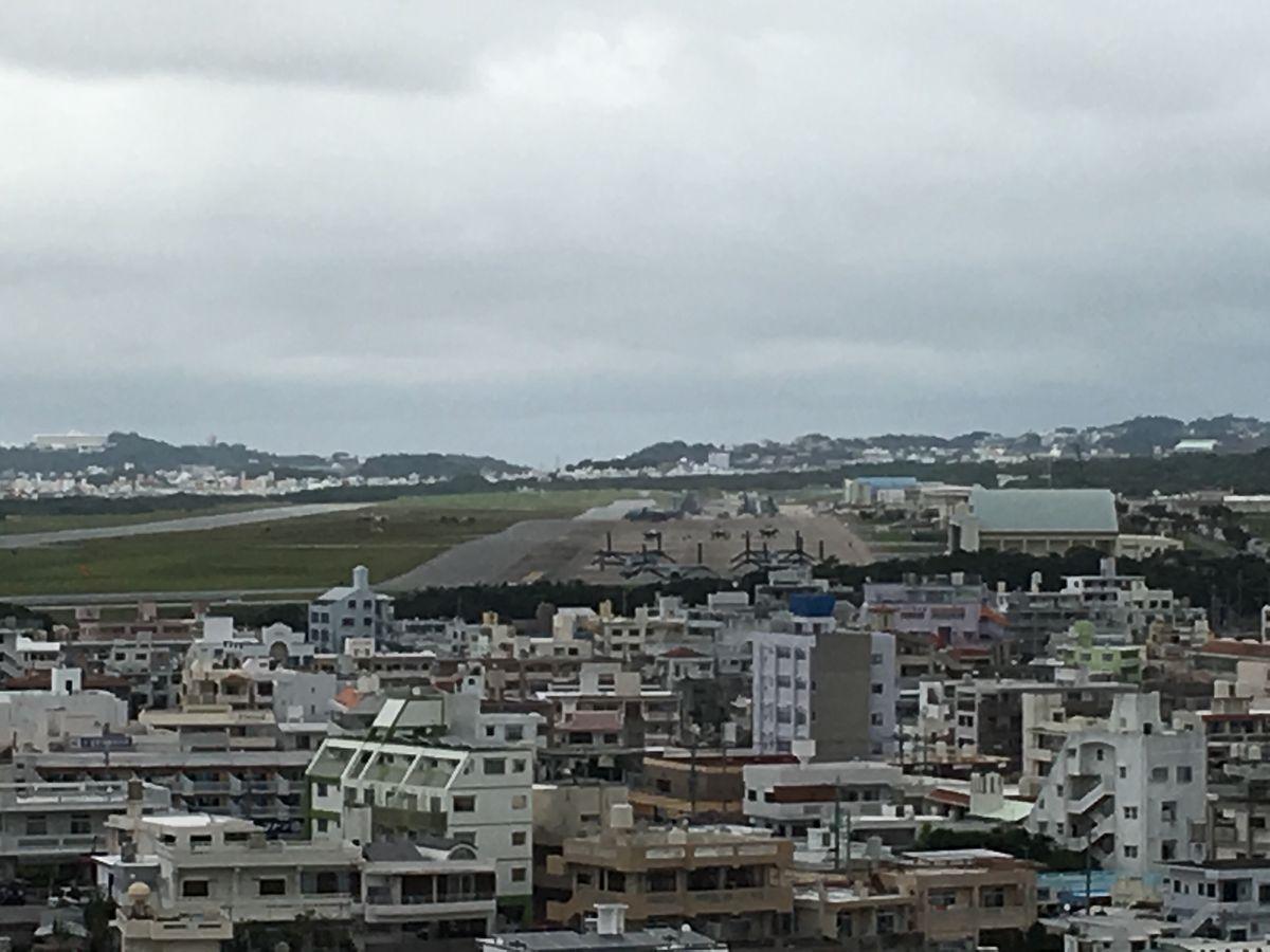 写真・図版 : オスプレイが駐機場に並ぶ米軍普天間飛行場=2018年12月7日、沖縄県宜野湾市