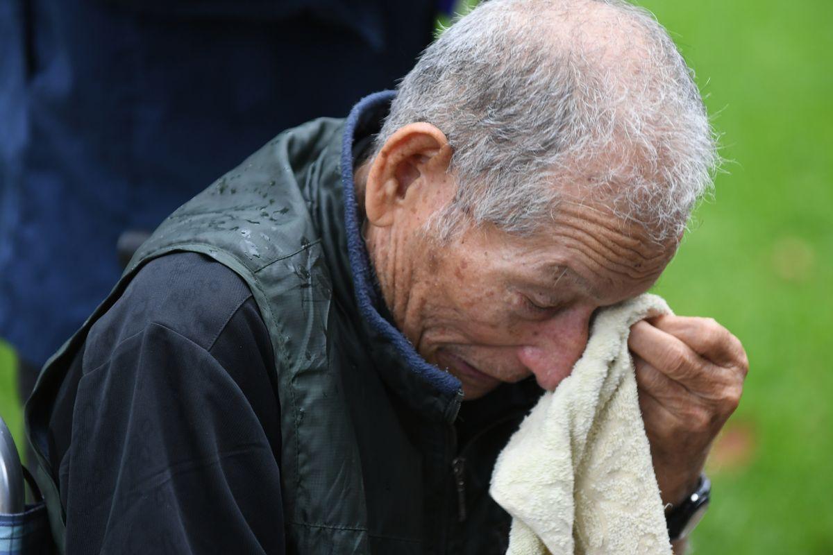 写真・図版 : 平和の礎で肉親の名前を見つけ、涙ぐむお年寄り=2019年6月23日午前8時13分、糸満市摩文仁の平和祈念公園(琉球新報提供)
