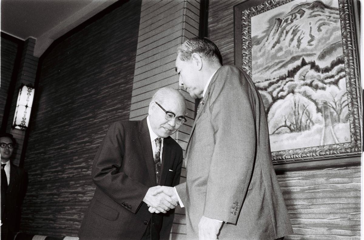写真・図版 : 本土復帰後初めて上京した沖縄の屋良朝苗知事を出迎え、握手する佐藤栄作首相=1972年5月17日、首相官邸