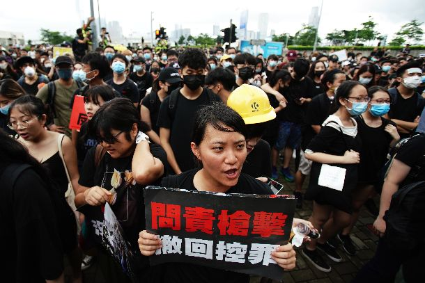 写真・図版 : 行政長官弁公室前で林鄭月娥・行政長官の退任を求めるデモ参加者=2016年6月17日、香港
