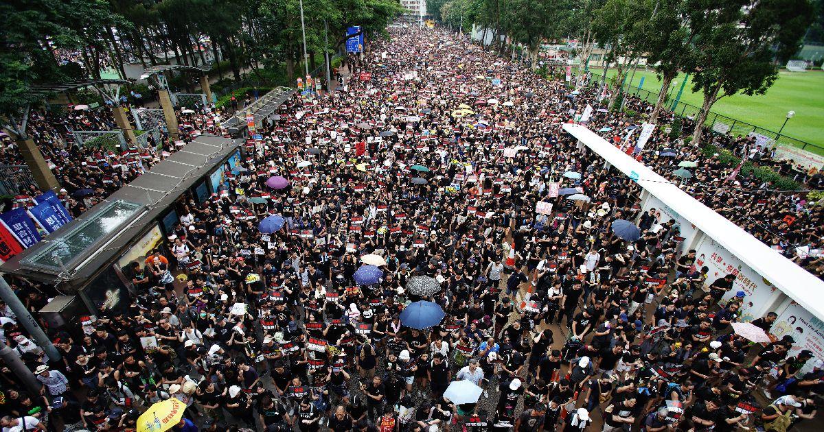 写真・図版 : 香港の大規模デモ。6月16日の参加者は200万人にのぼった=2019年6月16日、香港