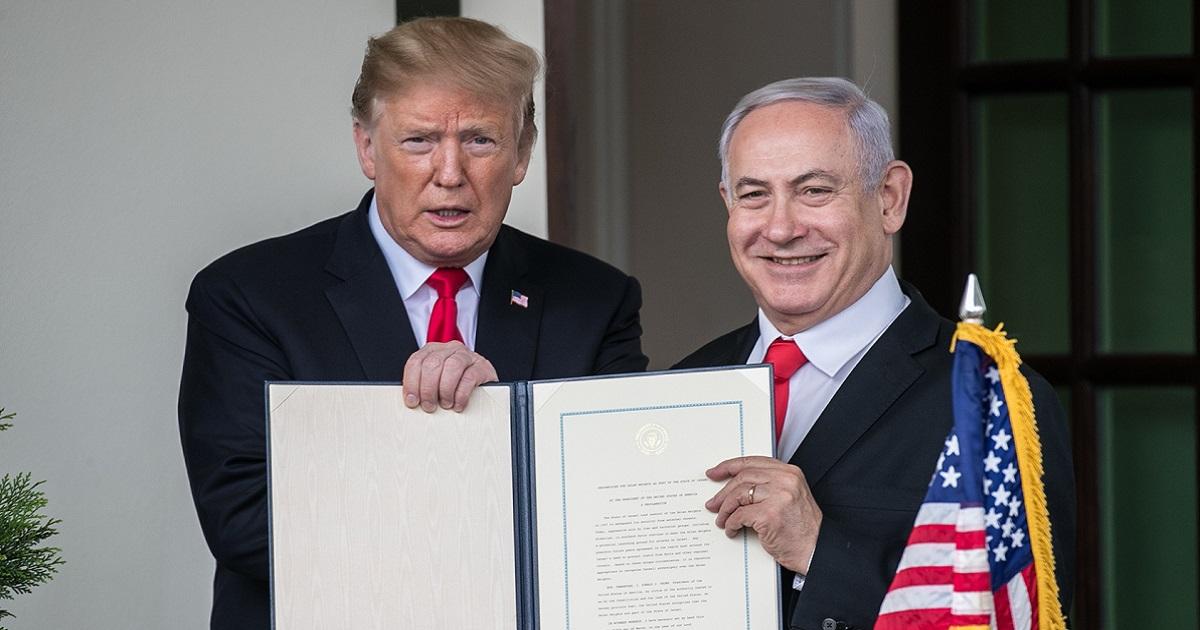 ゴラン高原についてイスラエルの主権を正式に認める署名した文書を記者団に見せるトランプ米大統領(左)とイスラエルのネタニヤフ首相=ワシントン、ランハム裕子撮影2019年3月25日