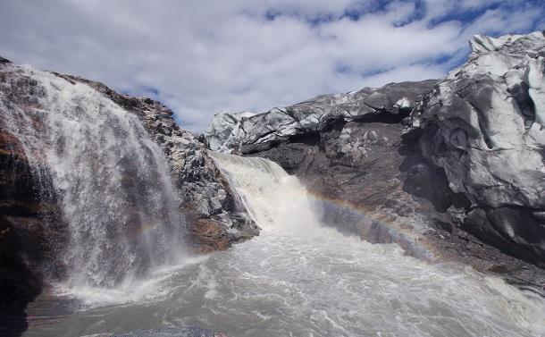 写真・図版 : グリーンランドのラッセル氷河。末端では氷がとけて滝となって流れ落ちる。だが、これは二酸化炭素濃度とは関係ないとマーク・モラノはいう=2017年7月20日、中山由美撮影