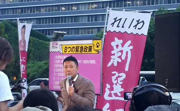 写真・図版 : 街頭に立つ山本太郎氏。軽快な演説に聴衆が集まってくる=6月19日、新宿駅西口