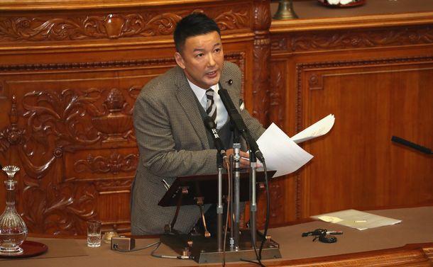 写真・図版 : 参院本会議で代表質問に立つ山本太郎氏=2019年2月1日