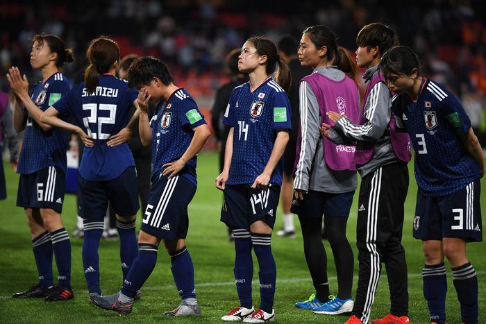 写真・図版 : オランダに競り負け、スタンドにあいさつしながら引きあげる長谷川(14)ら日本の選手たち
