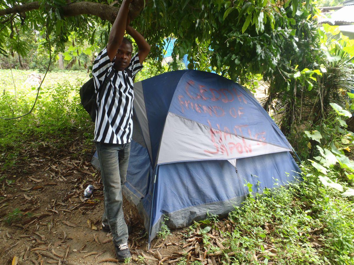 写真・図版 : 2010年3月、レオガン市近郊の農民に配布された3人用テント=小澤幸子さん提供