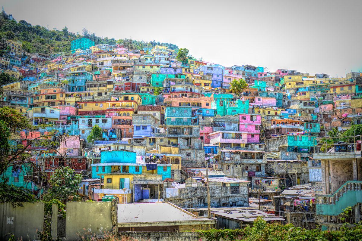 写真・図版 : ハイチの家並み= Sylvie Corriveau/Shutterstock