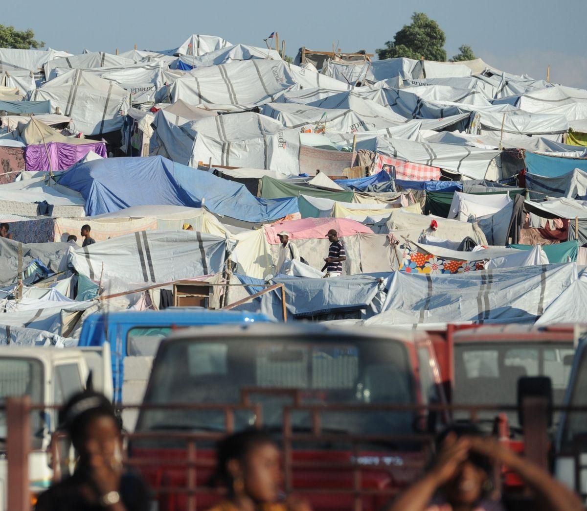 写真・図版 : ハイチ大地震で、首都ポルトープランスの市街地にできた被災者たちのテント村=2010年2月7日午後、関口聡撮影