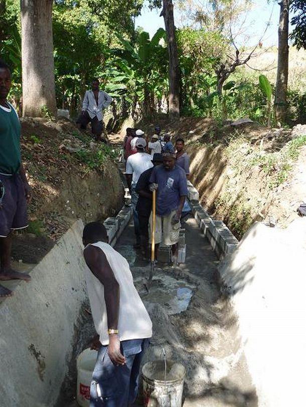 写真・図版 : 2011年2月、レオガン近郊ボヨテ村の河川の水路の修復。流域の住民が「自分たちの水路」という意識をもってボランティアで作業に参加し、約3キロにわたって修復された。それに感化された下流域の住民らもボランティアで水路の清掃を始めた=小澤幸子さん提供