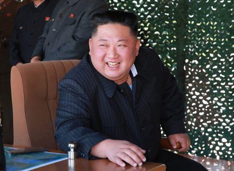 写真・図版 : 北朝鮮が5月9日に行った火力攻撃訓練を指導する金正恩朝鮮労働党委員長=2019年5月10日、労働新聞ホームページから